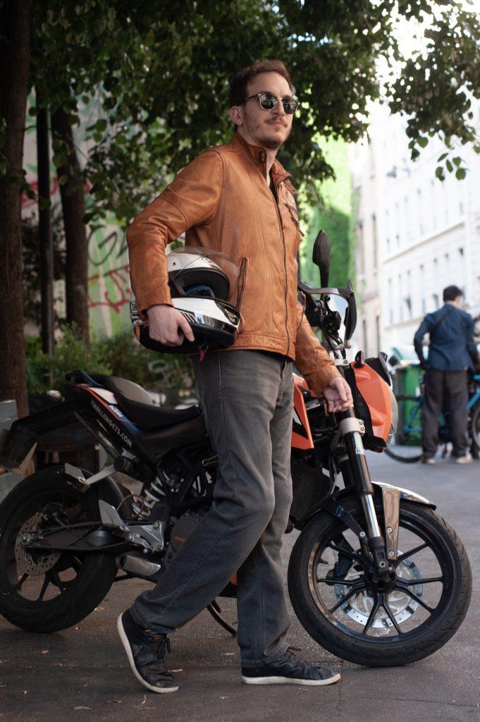 Homme portant un jean moto