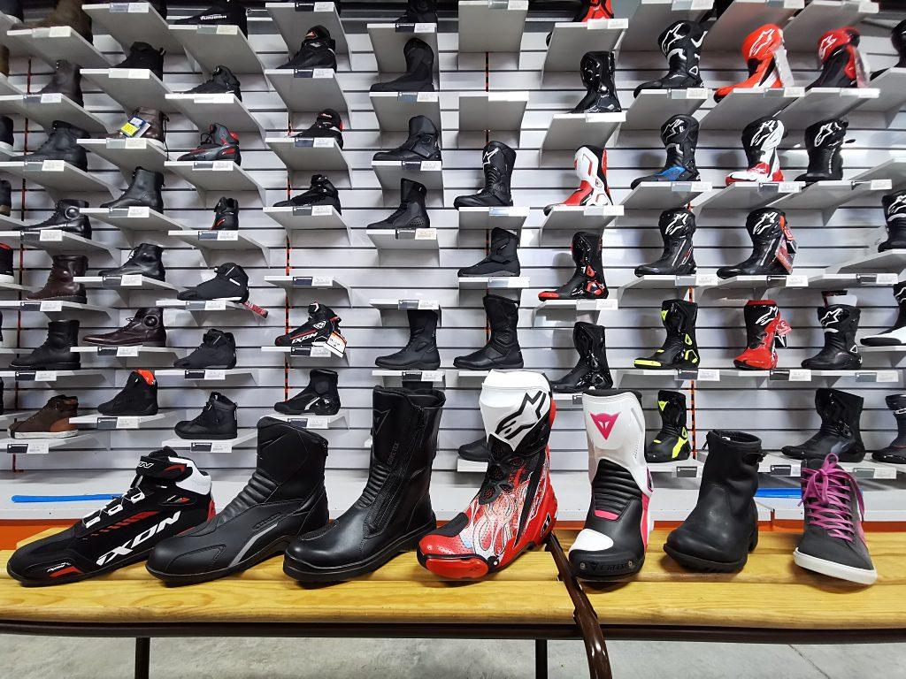 Chaussure moto, les choix est vaste baskets, bottines, bottes. motoshopping vous guide